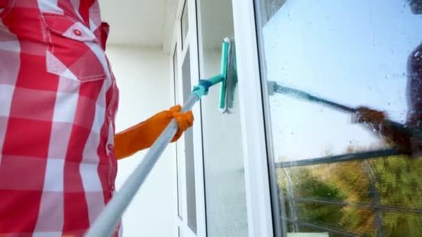 detail, Žena ruce rukavice čištění, mytí oken speciální mop. Úklidové služby