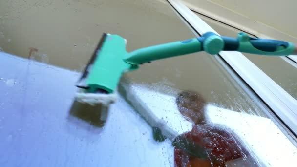 close-up, in das Fensterglas ist reflektierte Frau, Handschuhe, Reinigung, waschen Fenster durch spezielle Mopp. Hausfrau oder Dienst Putzfrau
