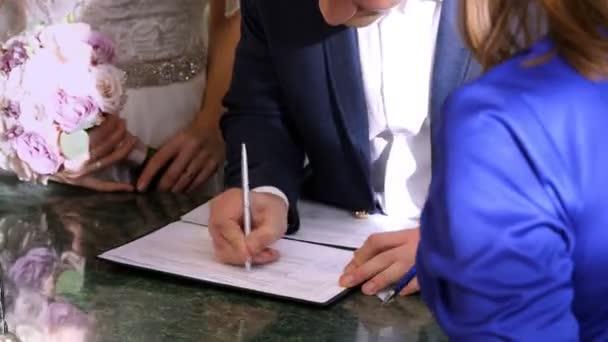 svatební tradice, obřady. svatební obřad. Novomanželé se manželství dokumenty, oddací list. detail