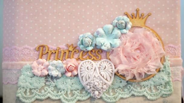 detail. krásný nápis princess, zdobené krajkou a květiny vyrobený z látky. v broskvové tóny