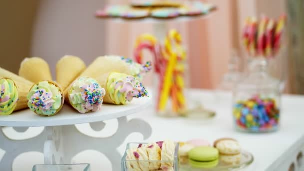 Candy bar na dětské narozeniny. detail, pestrobarevným lízátka, sladkosti, košíčky, sladká dekorace pro dětské oslavy a dětské výročí