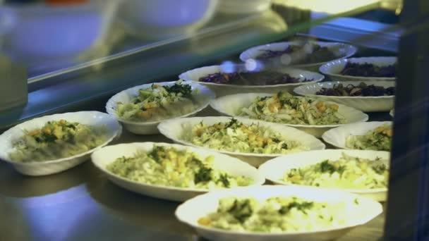 Közelkép, saláták, modern konyha, kávézó, étkezde resturant, étterem vendéglátóipari kirakat. saláta, káposzta és a kukorica a kantinban, svédasztalos ételek resturant svédasztalos étkezés