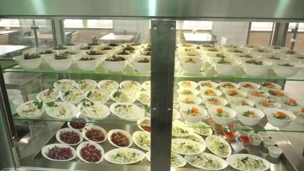 detail, vitrína s saláty v moderní kantýna, jídelna, Jídelna Restaurace, restaurace z veřejného stravování. saláty s zelí a kukuřici pro samoobslužné stravování v jídelně, bufet s jídlem resturant