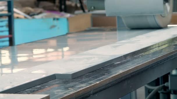zvláštní fasády stroje, nábytek. proces broušení částí fasád nábytku. Podrobnosti o leštěném nábytku, fasády. Výroba nábytku