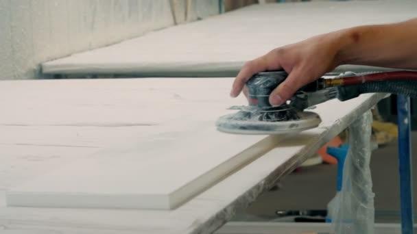proces broušení částí fasád nábytku. Podrobnosti o leštěném nábytku, fasády. Výroba nábytku