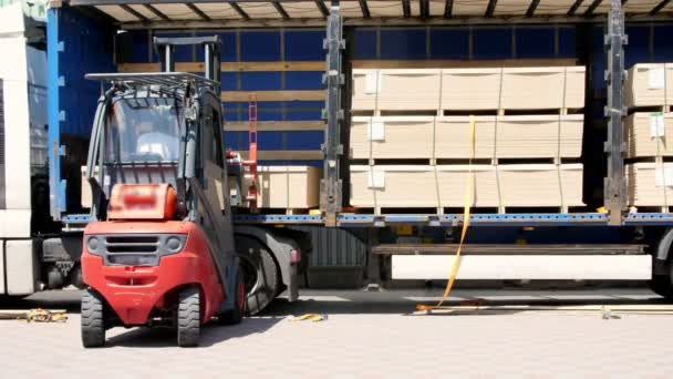 Skladu. vykládka nákladního vozu. vykládání zboží z vozíku do skladu. Vysokozdvižný vozík dává náklad z nákladního vozu do skladu venku
