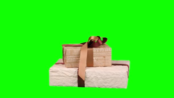 schön verpackte Geschenke, Geschenke isoliert auf grünem Hintergrund. Nahaufnahme, Rotation. Weihnachten oder Neujahr. Verpackung Urlaub, Geschenkbox.