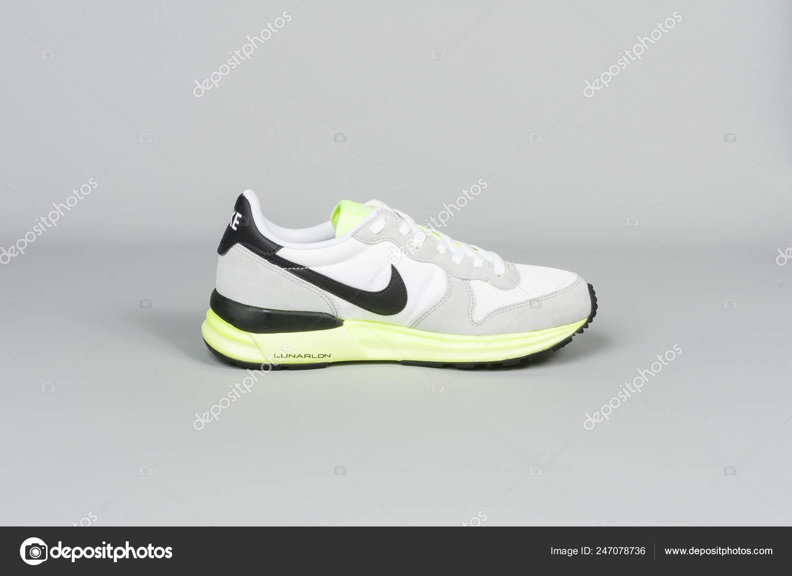 eb97d0cc92c Medellin Colômbia Fevereiro 2019 Nike Esportes Sapatos Fundo Cinza —  Fotografia de Stock
