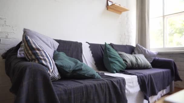 Cozy kanapé a skandináv belső, hygge koncepció