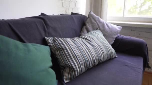 Közeli fel egy kanapé az ablakon, egy hangulatos belső természetes anyagok tervezése