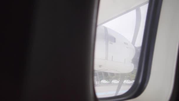 Letadlo spouští motory a vrtule, výhled z okna. Příprava na let osobního dopravního letadla