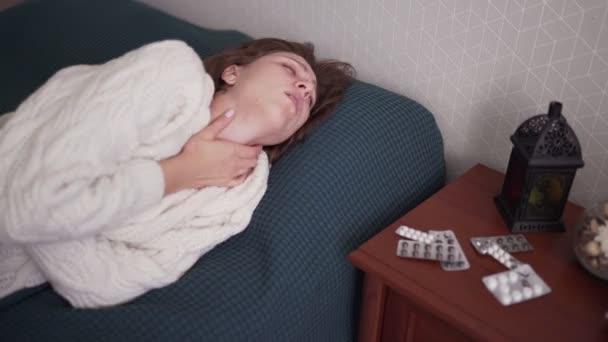 Symptome einer Erkältung. ungesunde kaukasische Frau mit Grippe. Grippeviren, Temperatur und Husten