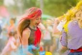 Dněpr, Ukrajina-29. června 2019: Festival barev. Lidé pokryti barevným práškem. Barevný festival Holi. Celebrit tančící během barevného festivalu holi