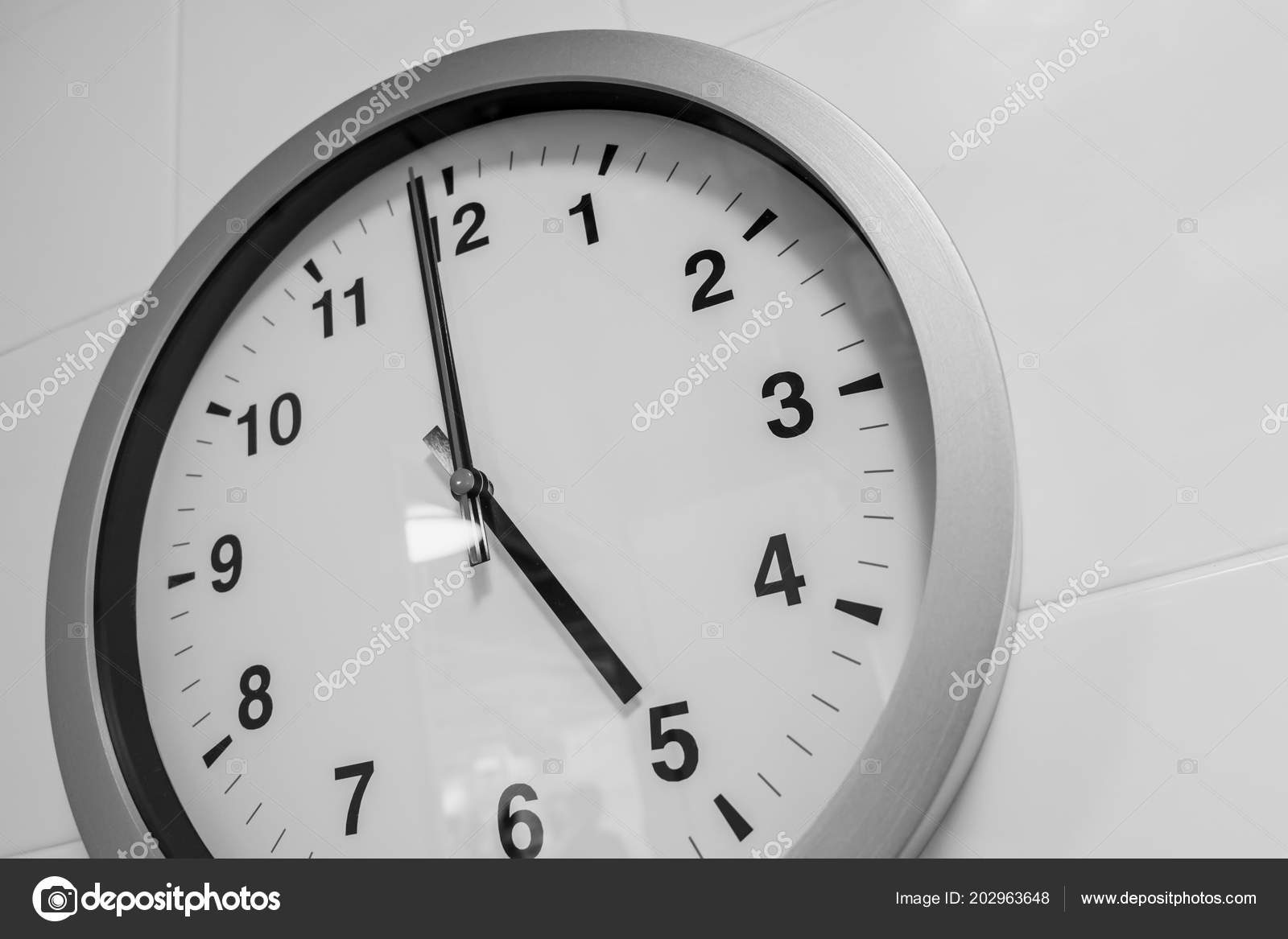 Closeup Simple Clock White Wall Time Clock — Stock Photo