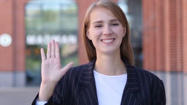 Hallo-Zeichen von einer jungen Geschäftsfrau