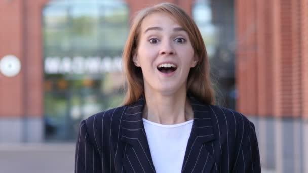 Obchodní žena slaví úspěch gesto v představení