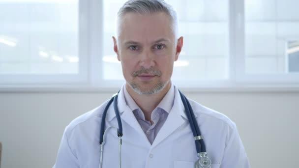 Porträt eines seriösen Arztes