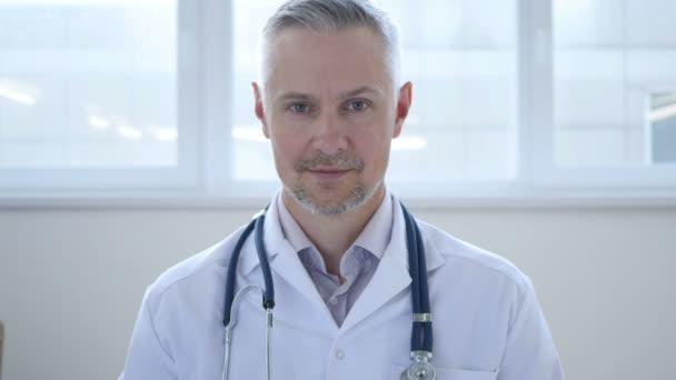 portrét smějící se doktor