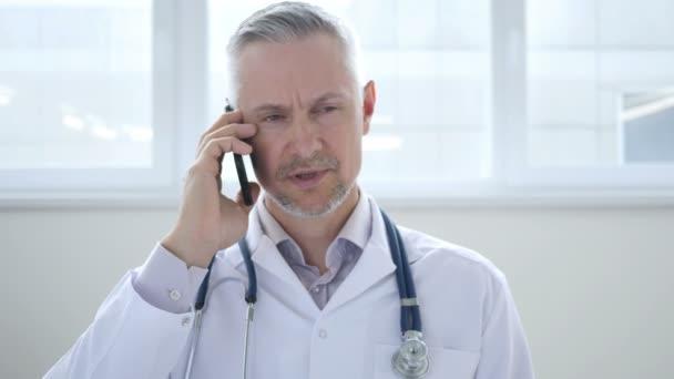 Arzt diskutiert mit Patient bei Telefonat