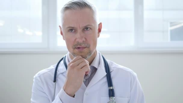 Zamyšlený doktor přemýšlet o zdraví pacienta