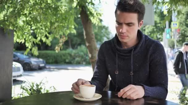 Muž opouští Café Terrace