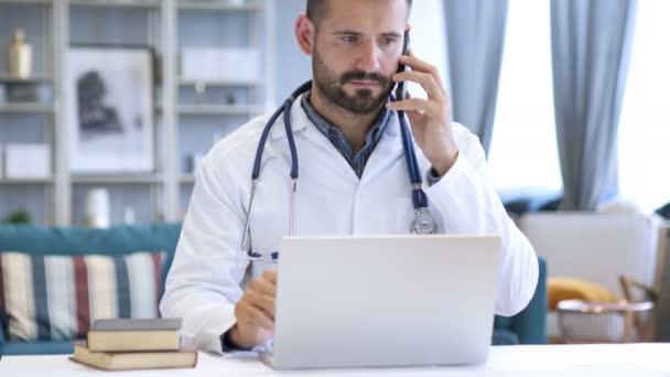 Arzt nutzt Smartphone fürs Internet