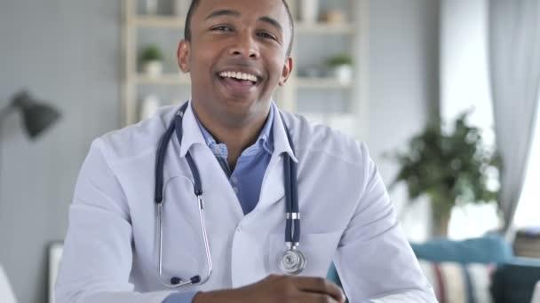 Ano, Afroameričan doktor třepání hlavou aby pacient