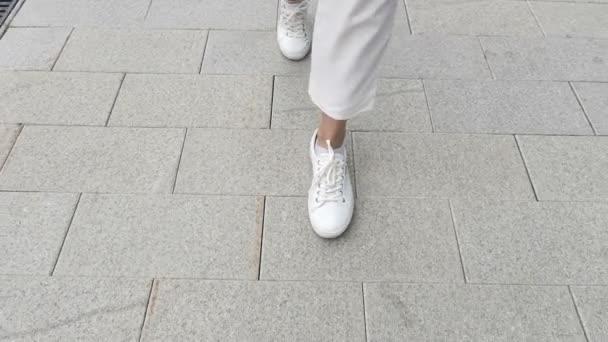 Chůzi nohy v pomalém pohybu příležitostné ženy