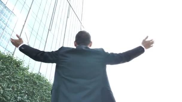 Erfolgreicher Geschäftsmann mit rotierender Kamera um sich