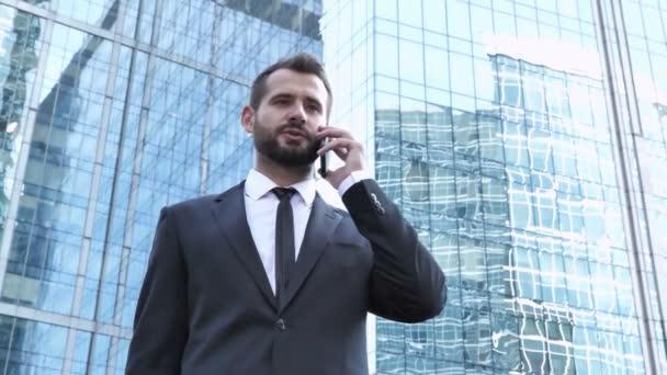 Podnikatel, diskuse na telefonu, stojící mimo kancelář