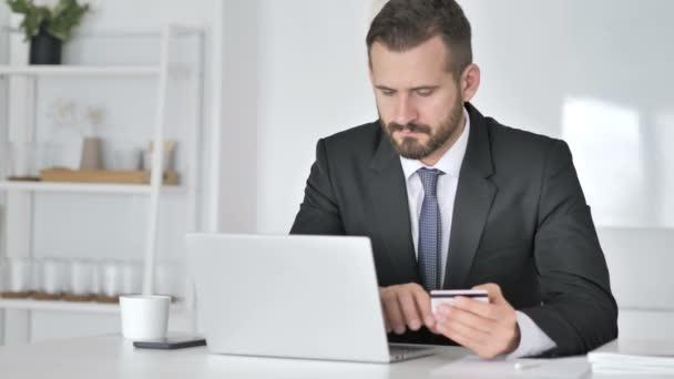 Online fizetés, hitelkártya, üzletember