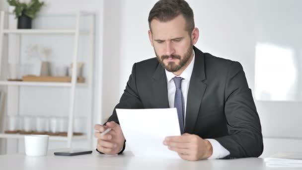 Napjaté podnikatel reaguje na ztrátu při čtení dokumentů
