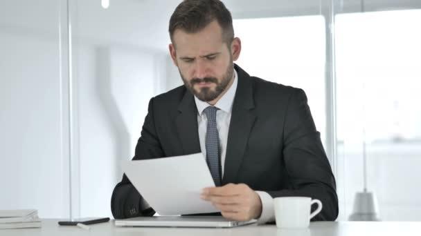 Naštvaný podnikatel házení smlouvy v frustrace