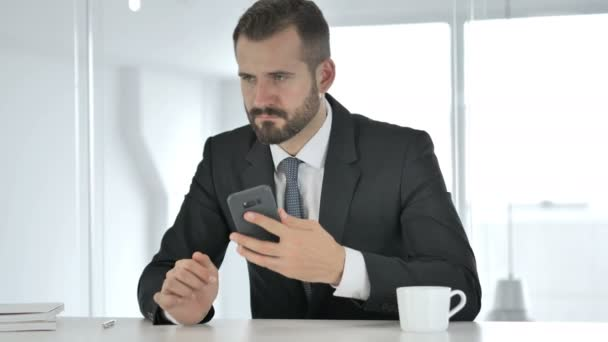 Podnikatel, pomocí chytrého telefonu, textové zprávy