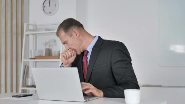 Középkorú üzletember, köhögés, köhögés és torok felszáll