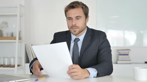 Podnikatel reakce na ztrátu při čtení dokumentů
