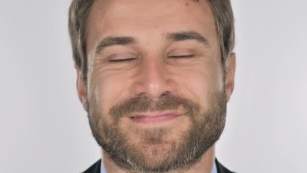 Zblízka usmívající se tvář podnikatel, bílé pozadí