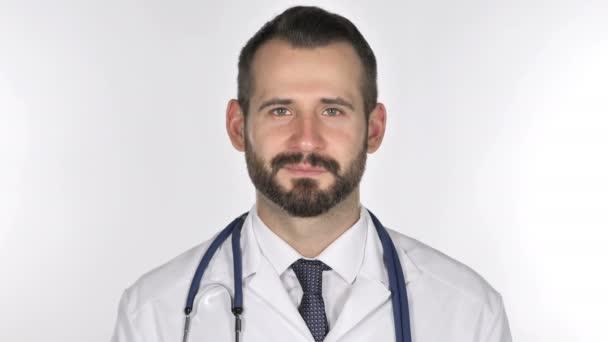 Portrét usmívající se lékař při pohledu na fotoaparát