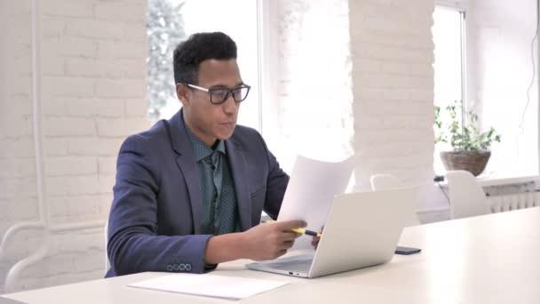 Geschäftsmann feiert Erfolg beim Lesen von Dokumenten im Amt