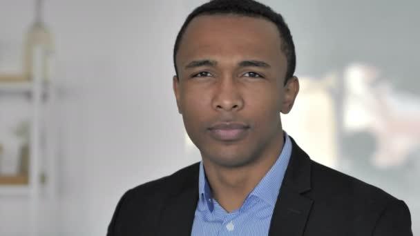 Einladende Geste eines lässigen afroamerikanischen Geschäftsmannes