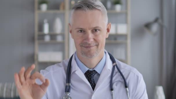 Okay-Zeichen vom Arzt mit grauen Haaren