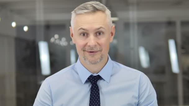 Portrét z šedivé vlasy podnikatel slaví úspěch
