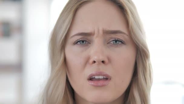 Nahaufnahme von Zahnschmerzen, Frau mit Zahnschmerzen