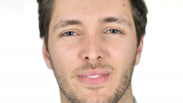 Blízký úsměv mladého muže tvář, bílé pozadí