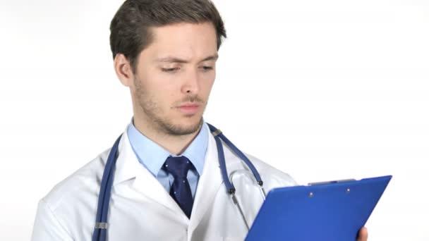 nachdenklicher Arzt liest medizinische Dokumente isoliert auf weißem Hintergrund
