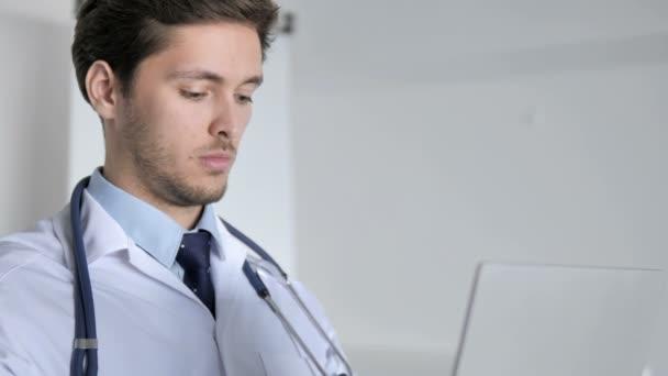 Nahaufnahme eines Arztes, der in der Klinik am Laptop arbeitet