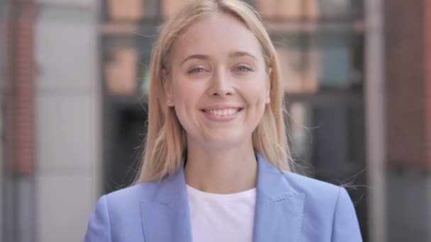 Hallo, freundliche junge Geschäftsfrau im Freien
