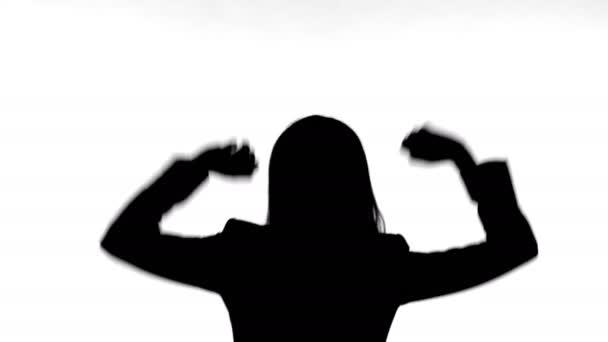 Sziluettje nő táncoló egyedül ellen fehér háttér