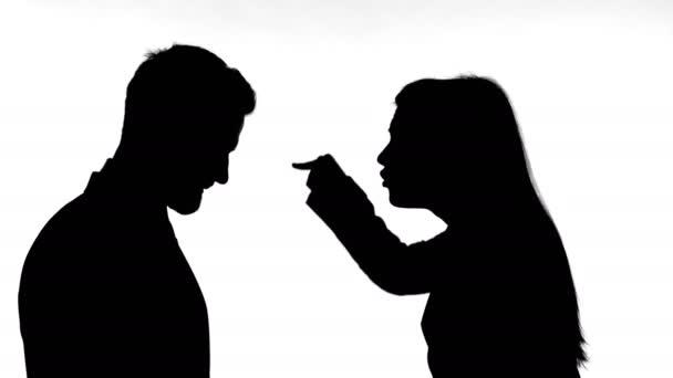 Sziluettje nő harc az emberrel szemben fehér háttér