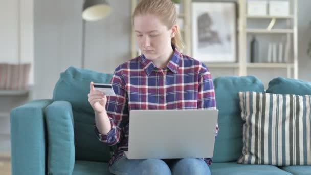 Mladá žena nakupování online přes notebook
